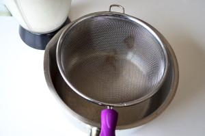 Filtrer le lait végétal pour préparer du lait de noisette