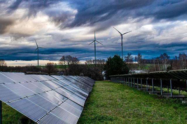 Autoconsommation solaire : panneaux solaires et éoliennes